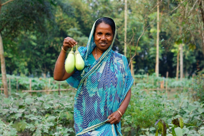Mariam Begum holds eggplants from her garden - Paul Plett (1)